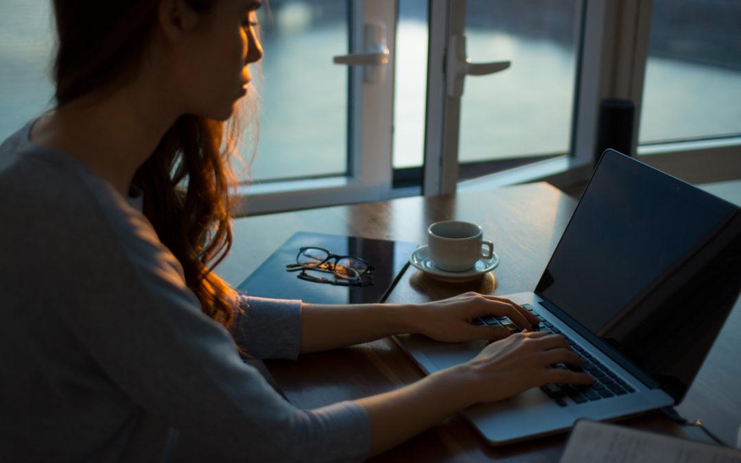 Donna seduta di fronte al computer